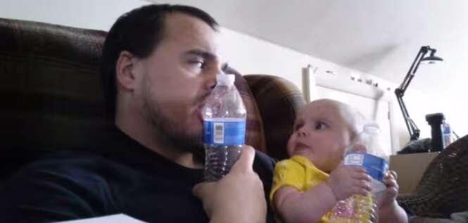 Pai ensina bebê a morder garrafa plástica