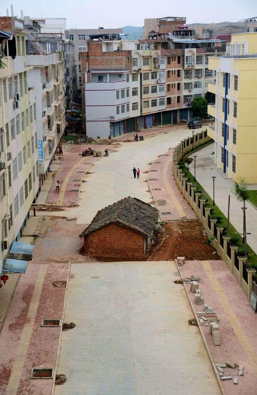 Proprietário se recusar a vender casa para o governo e fica com propriedade no meio de rua na China