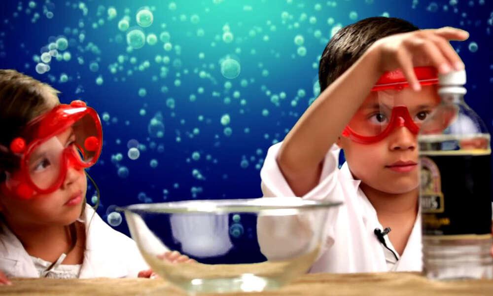 Garotinho de 8 anos fica milionário com canal no YouTube