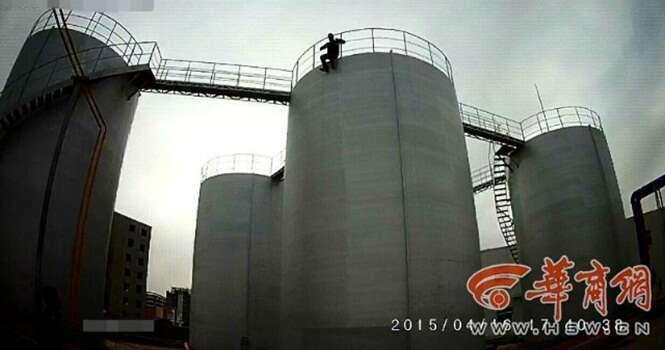 Homem é visto em tentativa de receber salário atrasado prestes a saltar de cima de tanque