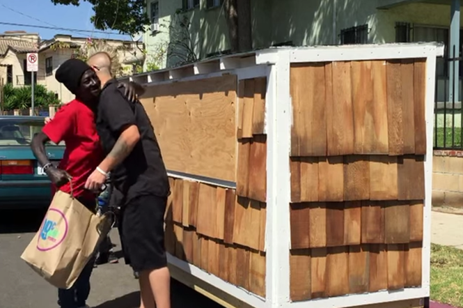 Homem constrói mini casa para moradora de rua usando materiais descartados