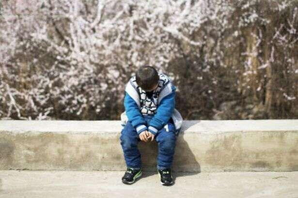 Menino de 8 anos que nasceu com HIV é expulso de casa