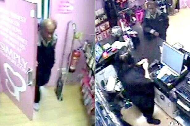 Câmera de vigilância flagra homem testando vagina artificial dentro de sex shop