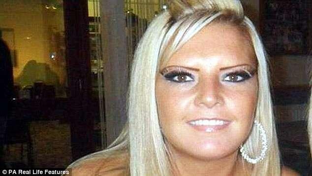 Mulher descobre tumor após bater seios na porta de casa