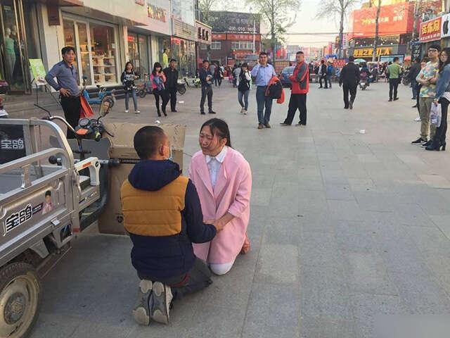Mulher vende abraços para tentar levantar dinheiro e salvar a vida do namorado com leucemia