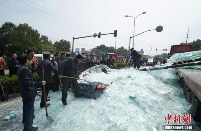 Caminhão carregado de vidro sofre acidente e mata três pessoas
