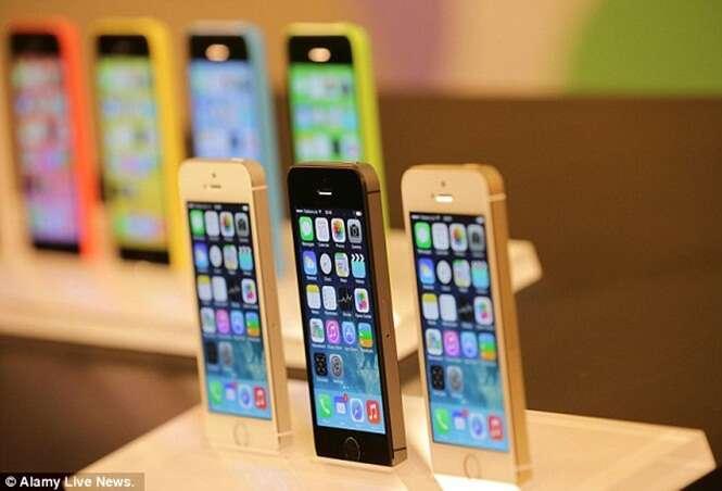 Ladrão tira selfies em celulares de loja para decidir qual tinha melhor câmera para roubar e é descoberto pelas imagens