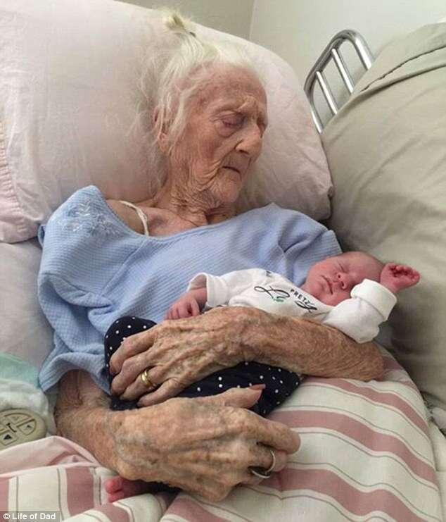 Imagem de idosa de 101 anos segurando tataraneto comove na web