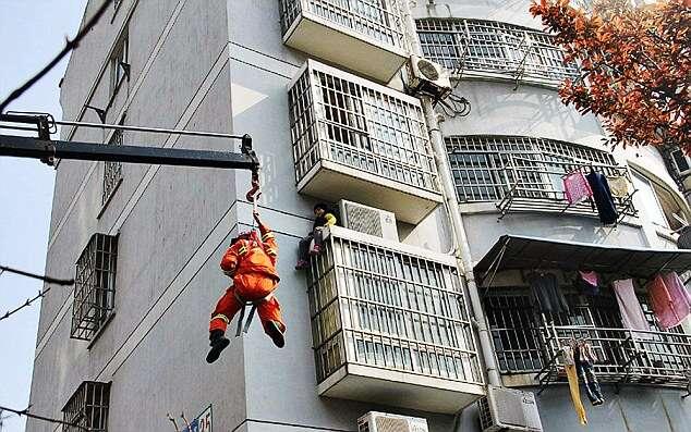 Criança sozinha em casa, fica presa sobre janela de edifício