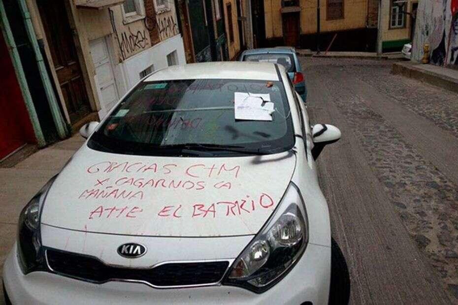 Moradores enfurecidos pintam carro com mensagens irritadas após alarme de veículo ficar disparado durante horas
