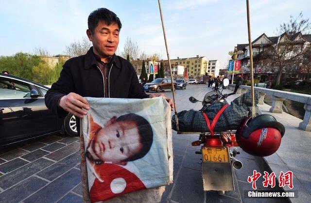 Pai percorre distancia maior que da Terra à lua na esperança de encontrar seu filho sequestrado