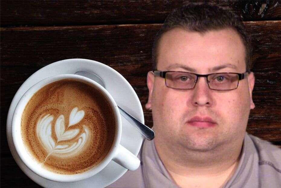 Homem ejacula em café de colega de trabalho