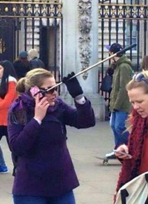 Mulher atende celular com pau de selfie e imagem se torna viral na internet
