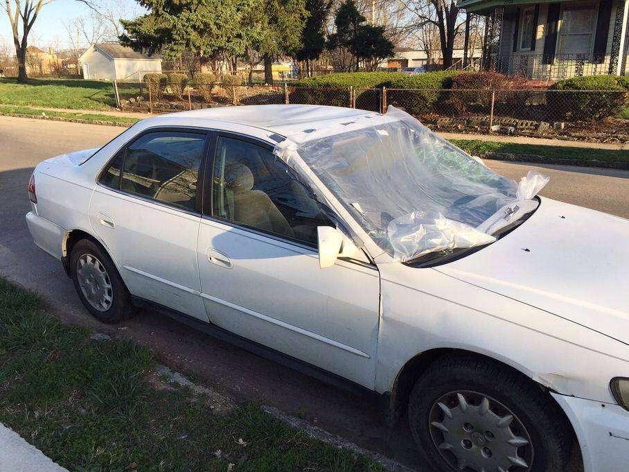 Menino de 13 anos destrói carro da mãe após ela confiscar seu celular