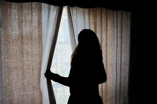 Pai oferece filha de 12 anos a homem e os incentiva a ter relações íntima com a garota