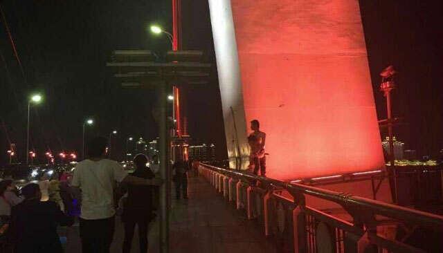 Homem é flagrado prestes a saltar de ponte com filha nos braços