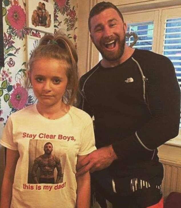 Pai faz filha usar camisa em que ele aparece mostrando os músculos para manter pretendentes afastados