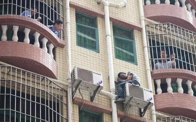Ladrão determinado a não se entregar passa mais de 40 horas sentado do lado de fora de prédio