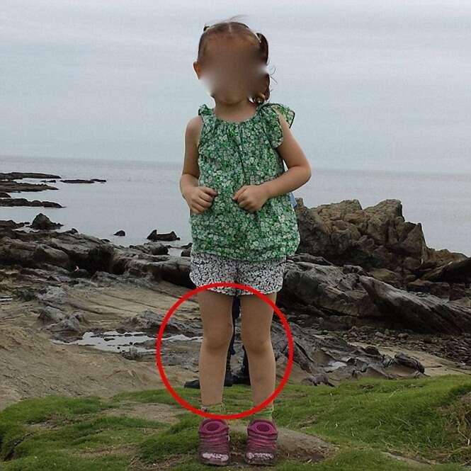 Imagem intrigante de fantasma atrás de menina aparece em foto de família
