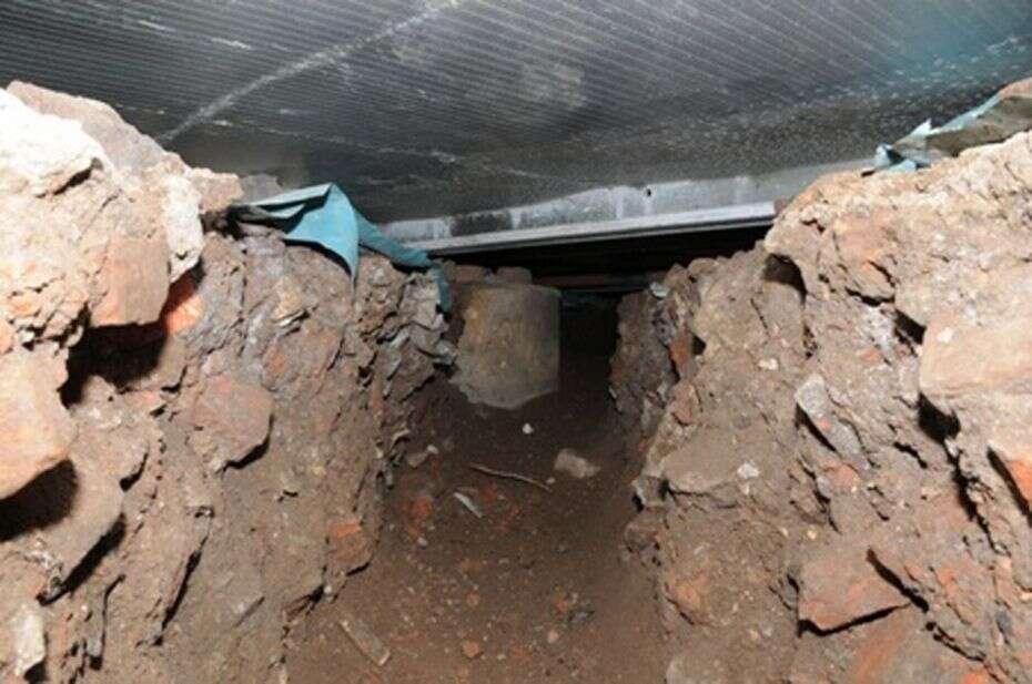 Ladrões roubam 230 mil reais em máquina de dinheiro após escavarem túnel abaixo de loja