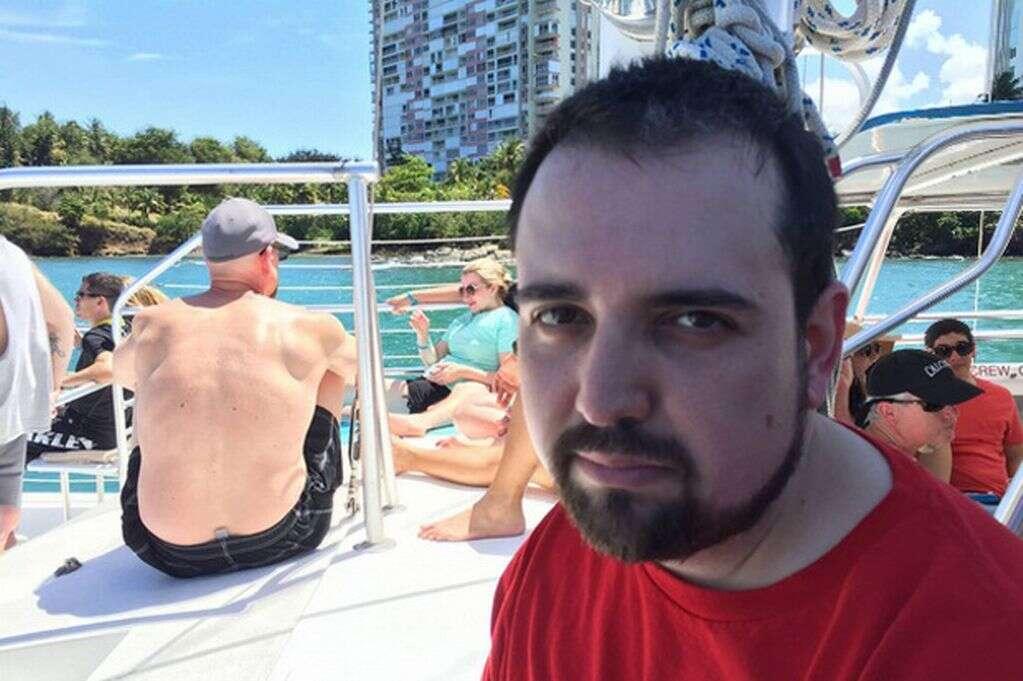 """Homem é forçado a sair de férias sem levar a esposa e fotos da viagem """"infeliz"""" se tornam virais na web"""