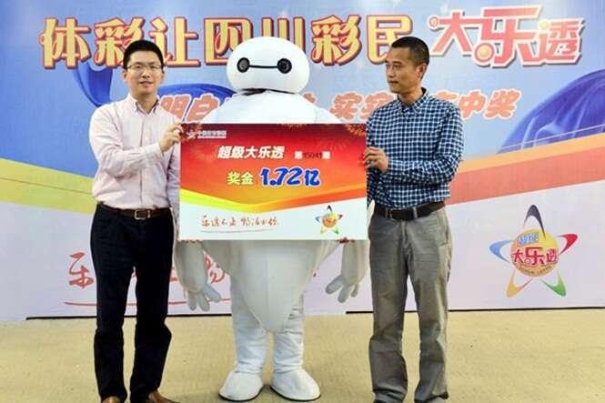Ganhador de 84 milhões de reais vai à cerimônia de entrega do prêmio disfarçado de robô