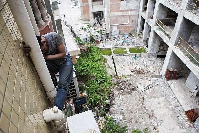Ladrão passa 3 dias sentado em ar condicionado do lado de fora de prédio com medo de ser preso