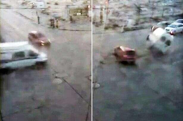 Grávida em trabalho de parto sai de ambulância e vai a pé para hospital após veículo de emergência capotar em acidente