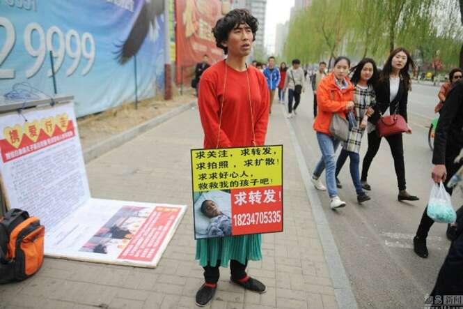 Pai desesperado para pagar tratamento de filho com leucemia, se veste de mulher para mendigar dinheiro nas ruas