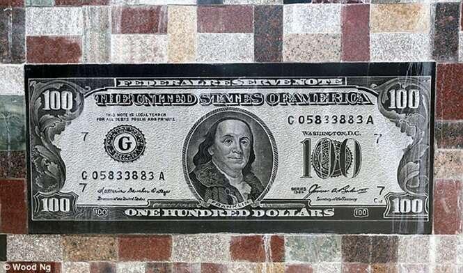 Fazendeiro enche parede de casa com notas de dinheiro