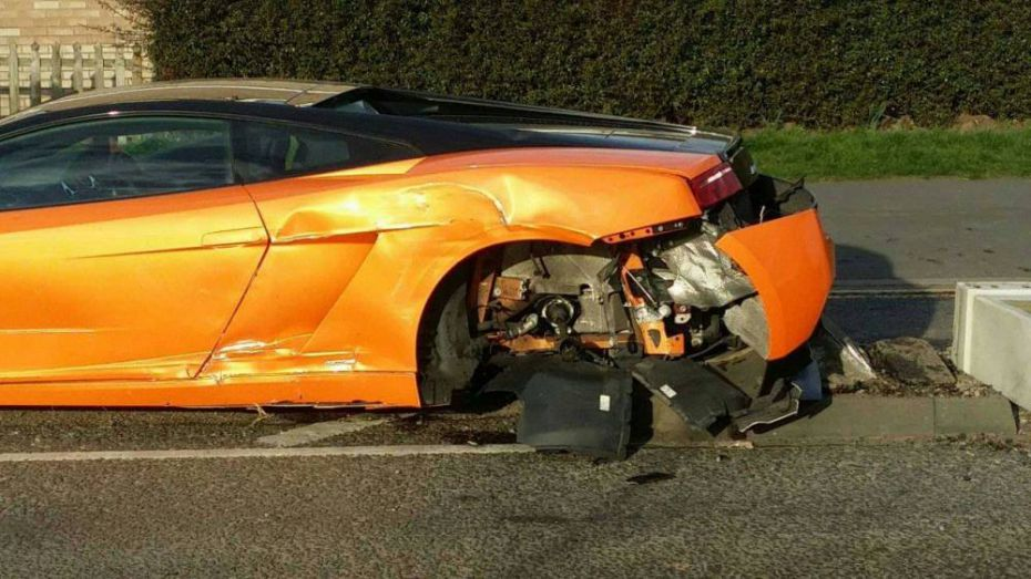"""Motorista destrói Lamborghini em acidente e ri dizendo: """"vou comprar outra amanhã"""""""