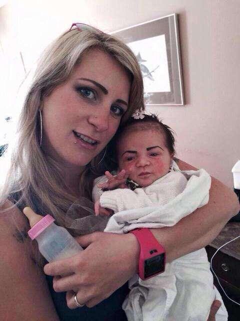 Bebê de sobrancelhas feitas