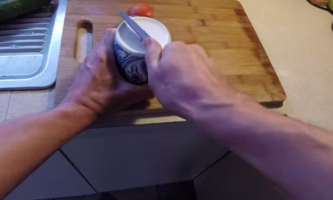 Afiar faca com caneca