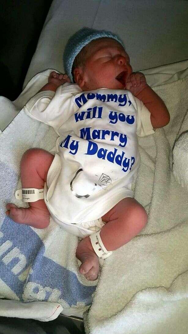 """""""Mamãe, você vai se casar com o meu pai?"""" Bebê de 1 hora ajuda seu pai a pedir sua mãe emcasamento"""