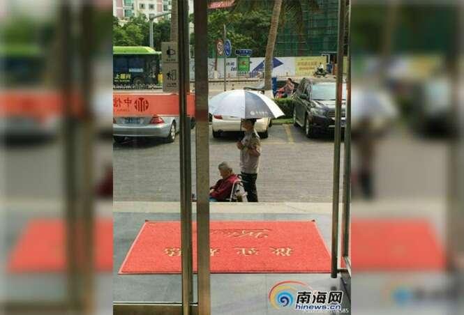 Guarda de agência bancária comove internautas ao ser visto segurando guarda-chuva para idosa evitar se queimar ao sol