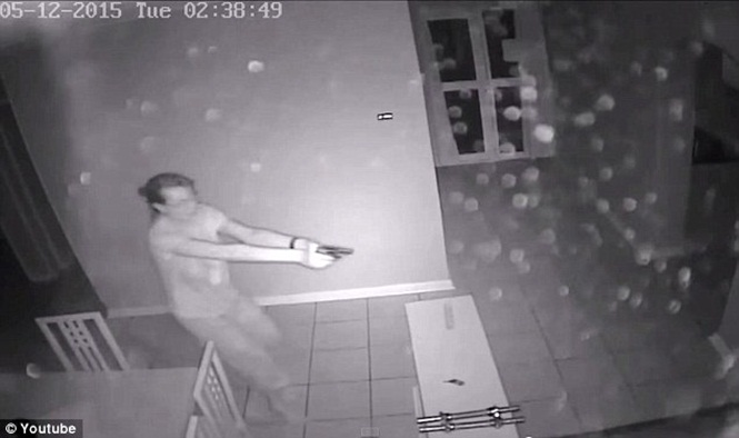 Mulher dispara contra três assaltantes que invadiram sua casa enquanto seu namorado dormia
