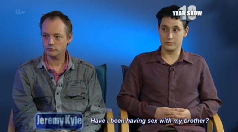 Casal gay vai a programa de TV e descobre que são irmãos