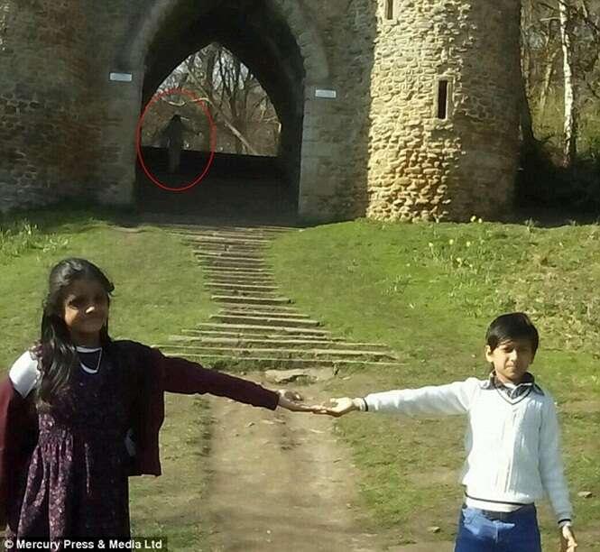 Fantasma aparece em foto capturada próxima a castelo medieval e choca família