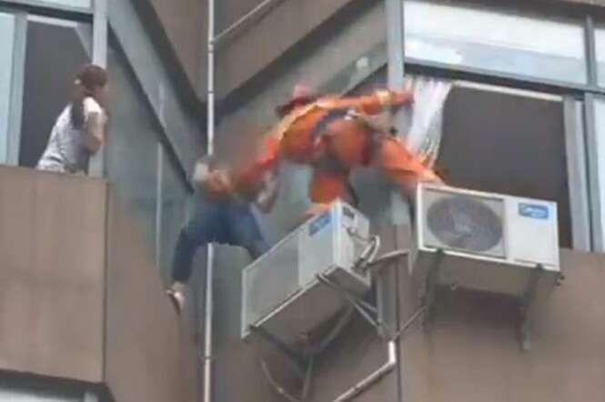 Vídeo mostra momento em que bombeiro consegue puxar mulher que ameaçava se jogar de prédio