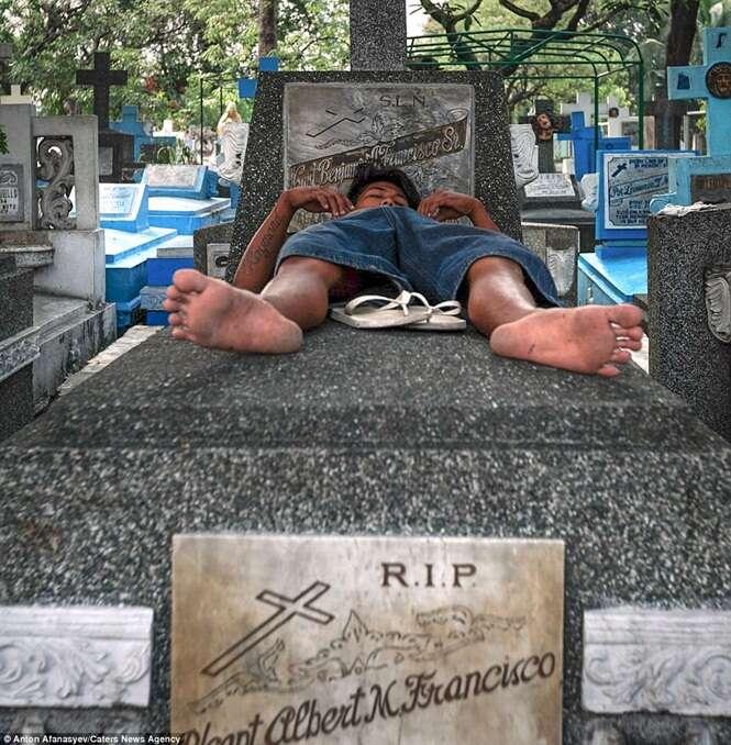 Conheça a favela situada dentro de um cemitério nas Filipinas