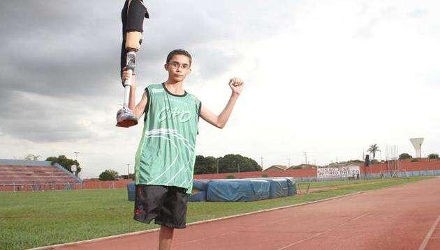 Um jovem paratleta causa comoção ao perder próteses durante prova de atletismo e terminar percurso pulando