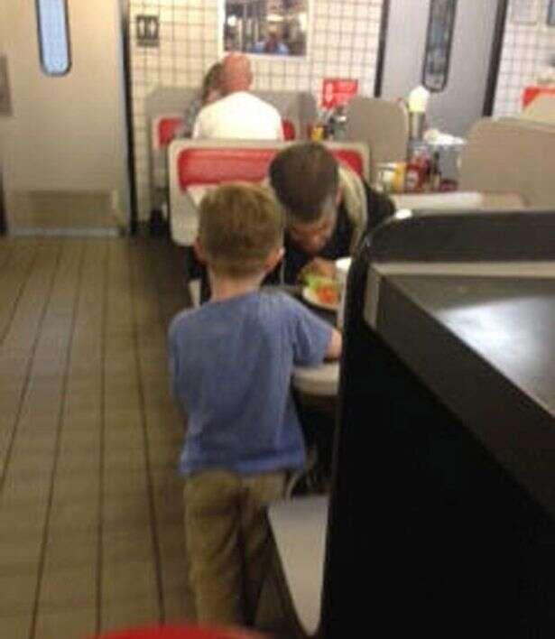Menino causa comoção ao pedir à mãe para pagar refeição a morador de rua