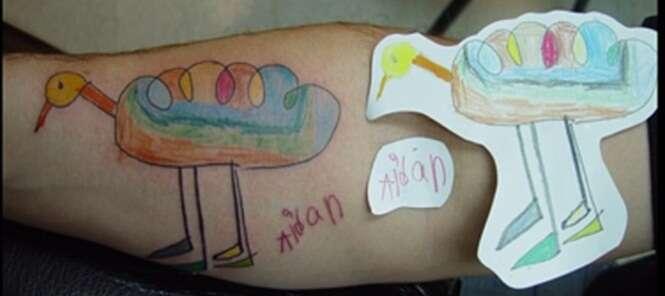 Confira imagens de pais que transformaram os desenhos dos filhos em tatuagens