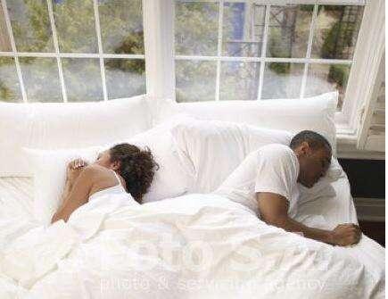 Sabia que a posição como você dorme com a pessoa amada diz se o relacionamento vai dar certo?