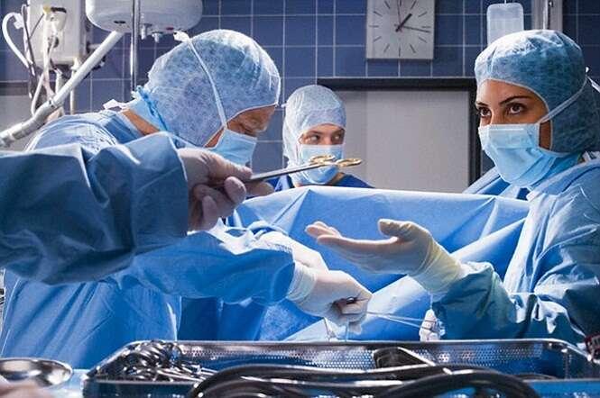 Médico esquece celular dentro de paciente após realizar parto
