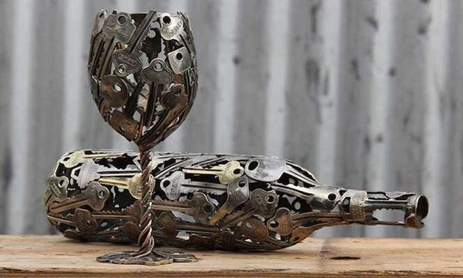 Objetos de decoração feitos com chaves e moedas de metal