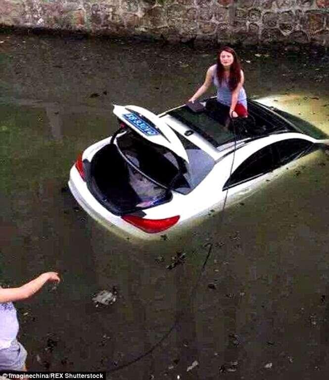 Mulher erra manobra e mergulha com carro dentro de um rio poluído