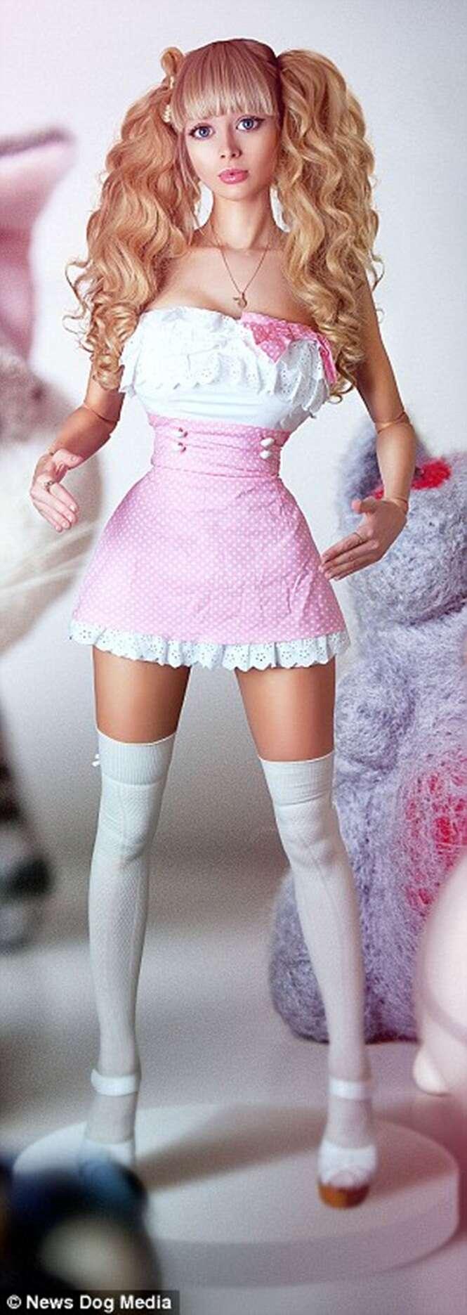 Pais criam filha como boneca Barbie desde seu nascimento