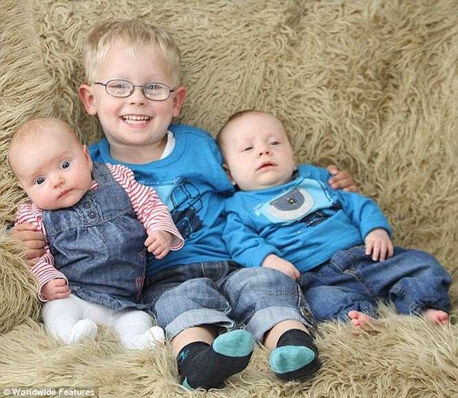 Mãe dá a luz trigêmeos com 3 anos de diferença