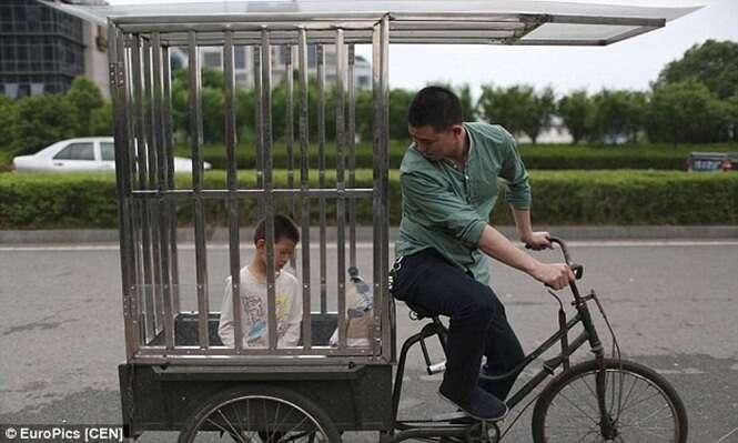 Imagens de menino de 10 anos sendo transportado em gaiola de aço causam polêmica